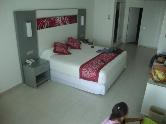 Habitaci n fotograf a de hotel riu playa blanca rio hato for Habitacion familiar riu vallarta