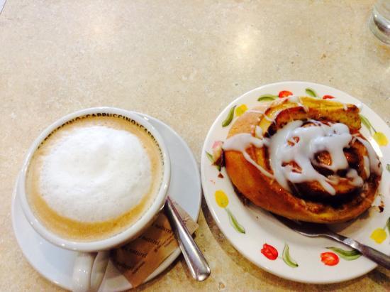 Schat bakery & Cafe: Cappuccino & cinnamon bun