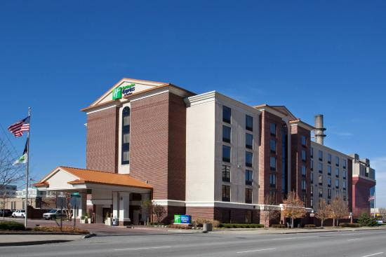 Holiday Inn Express Indianapolis Downtown City Centre: Holiday Inn Express & Suites is next to Lucas Oil Stadium