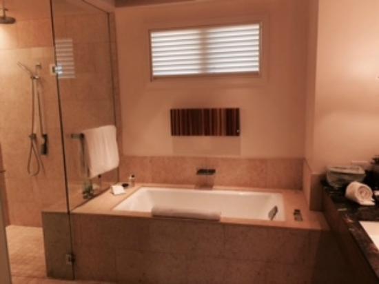 Rosewood Sand Hill : gorgeous bath tub
