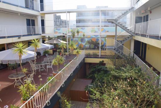 Oasis Inn: Vue dans la cour de l'hôtel