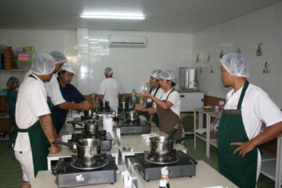 Phuket Cooking Academy: Toute la classe est concentrée, l'ambiance est joyeuse...