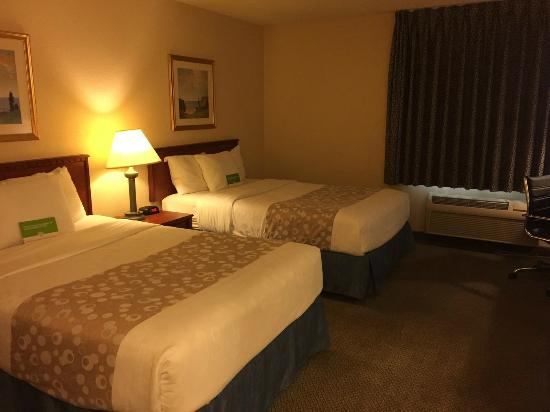 La Quinta Inn Hartford Bradley Airport : Room 102 beds