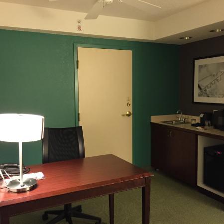 SpringHill Suites by Marriott Nashville Airport: desk and kitchen counter & fridge