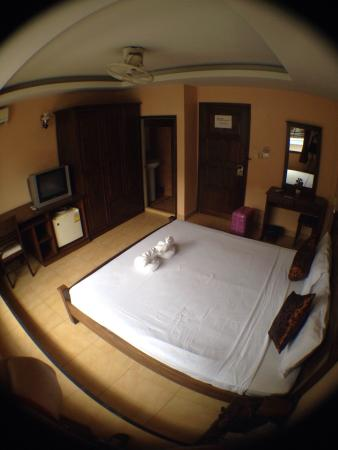Star Guesthouse: The owner very helpful and kind. I stay for 3 night it not have some noise around. The room i ha