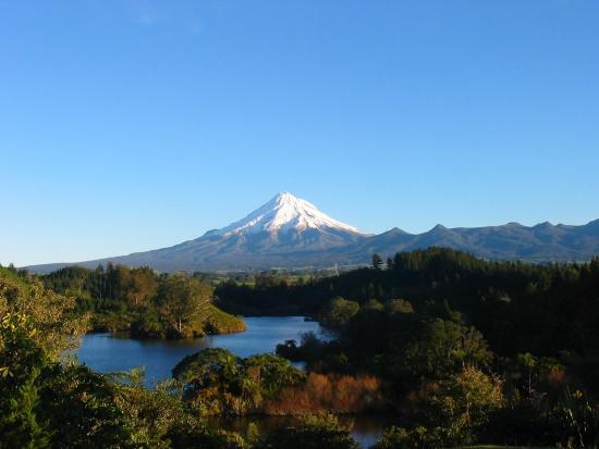 New Plymouth, Nueva Zelanda: Mt Taranaki from Lake Mangamohoe