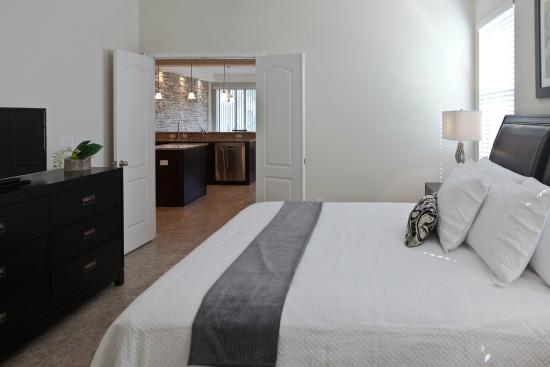Four Corners, Flórida: Four Bedroom Luxury Townhome Downstairs Master Bedroom