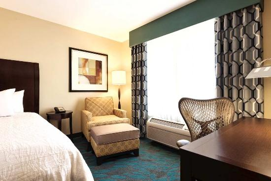Hilton Garden Inn Fargo: Two Queen Bedroom Seating