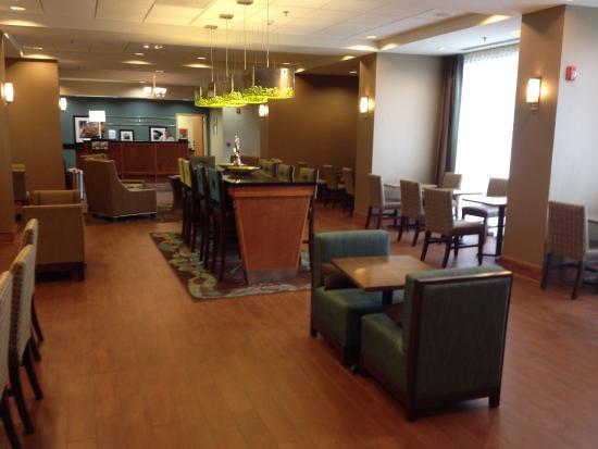 Hampton Inn Fayetteville: Eating area.... Lots of space!
