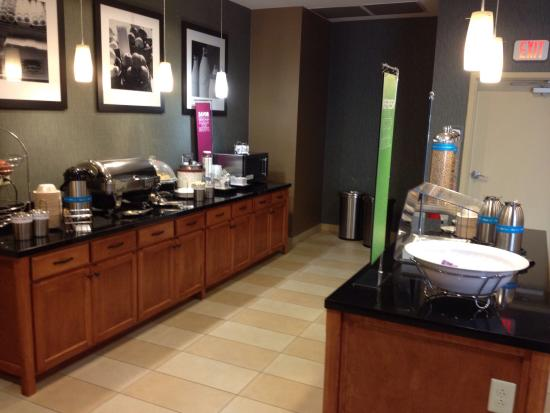 Hampton Inn Fayetteville: Complimentary breakfast.... Good selection of hot & cold items.