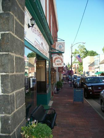 Leesburg Colonial Inn: Historic Downtown - King Street facing North