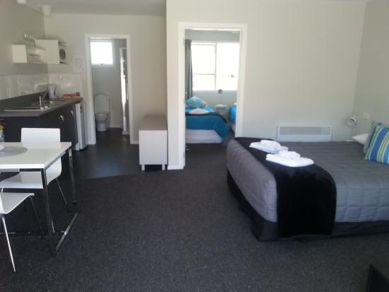 Arrowtown Motel Apartments: family unit - living/sleeping