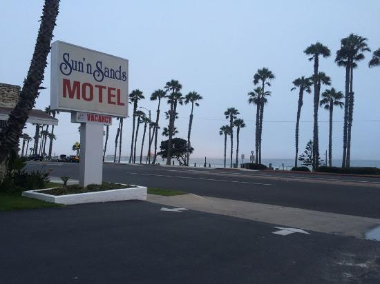 Sun 'n' Sands Motel: Taken on a cloudy day! It's as close to the beach as you can get!