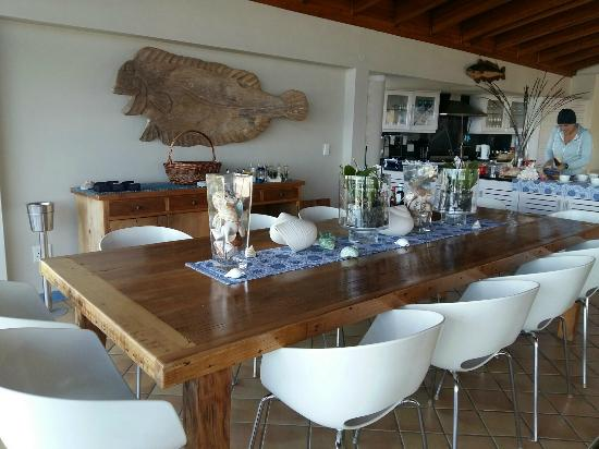 Periwinkle Guest Lodge: Dining area overlooking the beach.