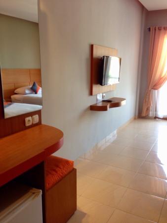 Grand Sinar Indah Hotel: Das Badezimmer ist klein aber funktional. Das Zimmer ist mit Klimaanlage, Flachbild-TV und einem