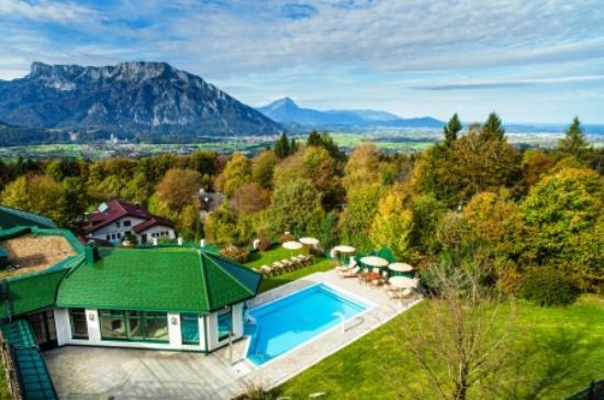Vollererhof: Ausblick auf den Pool & Garten.