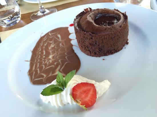 """Saint-Seurin-de-Prats, فرنسا: Moelleux tiède cœur """"chocolat-griottes"""""""