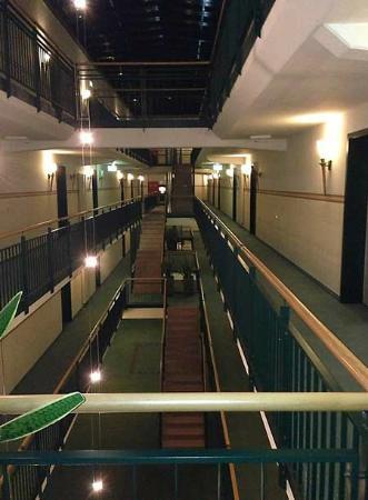 Suite Hotel Leipzig: Treppenhaus mit Knastcharme