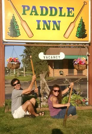 Paddle Inn Motel: Unique signage will help you find the place