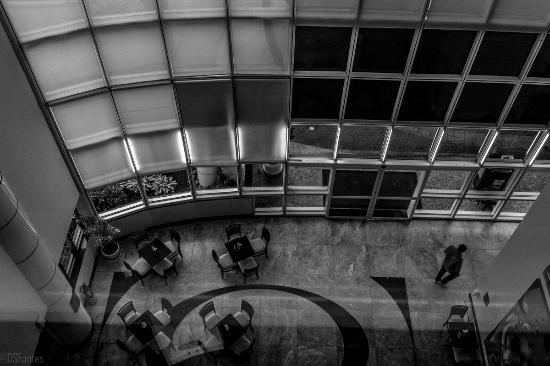 Transamerica Prime Barra: Hall da entrada/bar visto do 4º andar.