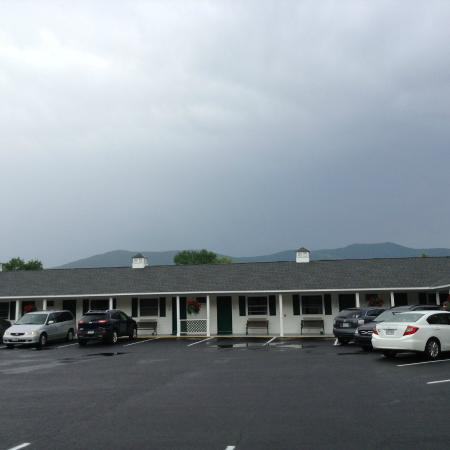 Briarcliff Motel: Parking lot