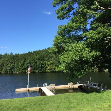 West Chesterfield, Nueva Hampshire: Hotel grounds and river view