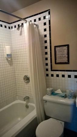 Hotel Manoir de la Terrasse: Clean and spacious bathroom