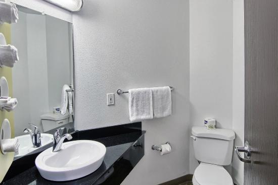 Motel 6 Traverse City: Bathroom