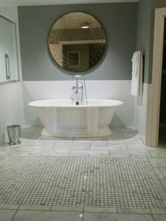 Granville, OH: Large tub, marble tile floor.
