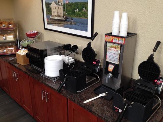 Hawthorn Suites By Wyndham Fishkill/Poughkeepsie Area: Breakfast Area with muffins toast and waffle makers