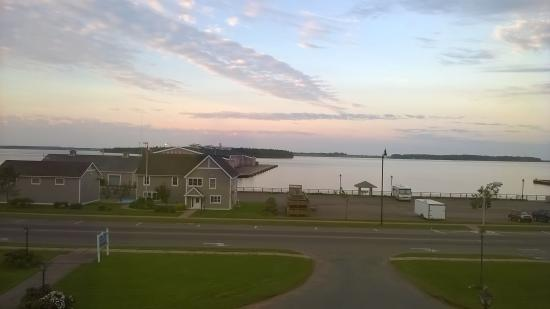 Loyalist Lakeview Resort Summerside: View of Spinkaers Landing from my bedroom window 6am