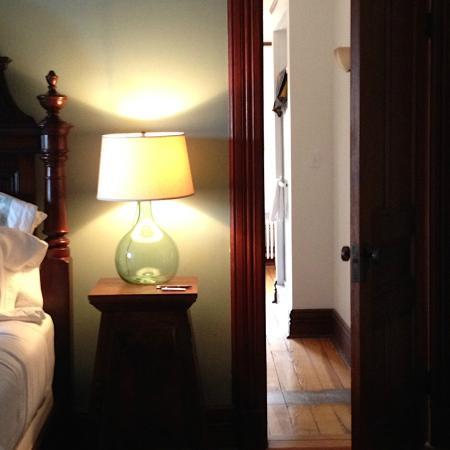 Fordham House: Superior queen room, looking into bathroom