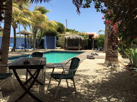 Caribbean Chillout Apartments : Het andere zitje, vlakbij het appartement. Lekker voor een drankje of een hapje.