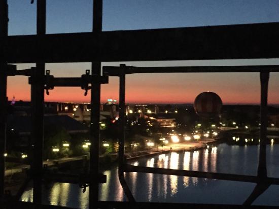 Vue de nuit de la chambre picture of disney 39 s newport for Chambre de nuit