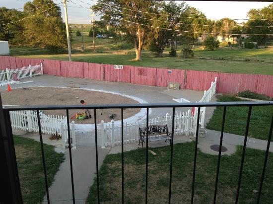 Knights Inn Oakley: View of the courtyard... Pool is no longer for swimming... Giant sandbox now.
