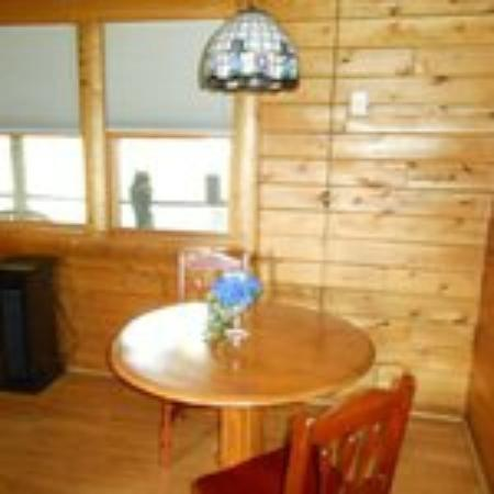 Sunset Ridge Log Cabins : Table for two
