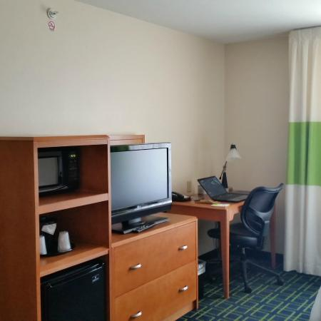 Fairfield Inn & Suites Milwaukee Airport: Fridge and microwave