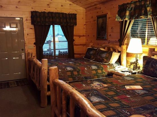 Frontier Cabins Motel: Nicely Furnished Cabins!