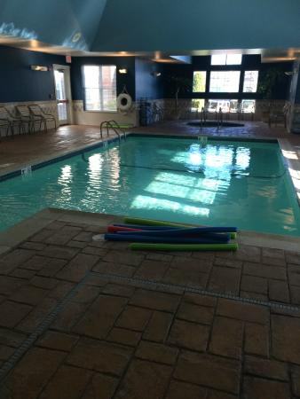 Residence Inn Newport / Middletown: Hot tub/Pool Area.