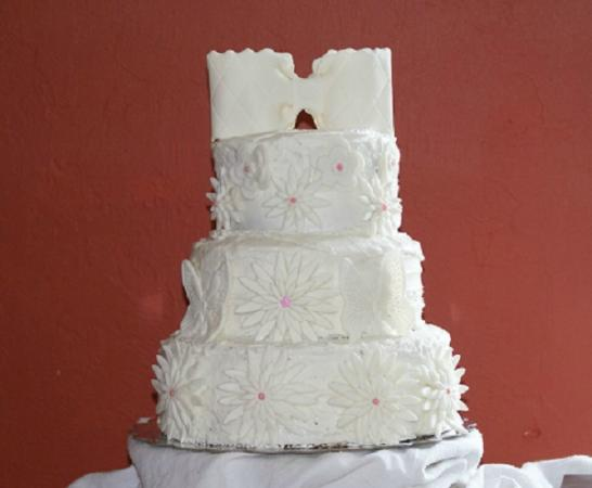 Elegant white wfondant flowers wedding cake picture of my cupcake my cupcake insanity elegant white wfondant flowers wedding cake mightylinksfo