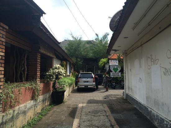 Tunjung Bali Inn: Jalan Masuk ke Hotel