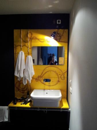 Tolles geräumiges Bad - Bild von Superbude Hotel Hostel St.Pauli ...