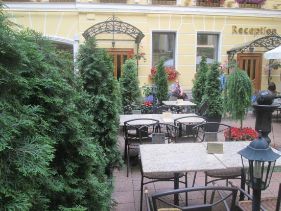 Отель Гельвеция: Внутренний дворик, где можно завтракать, обедать, ужинать, или просто сидеть и тупить в телефон