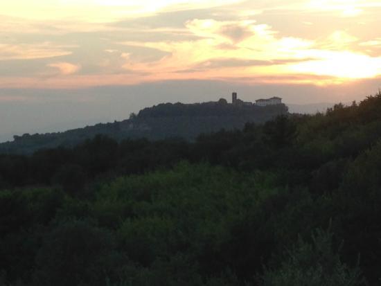 Agriturismo Casa Vacanze Belvedere Pozzuolo : Uitzicht vanaf het terras bij zonsondergang