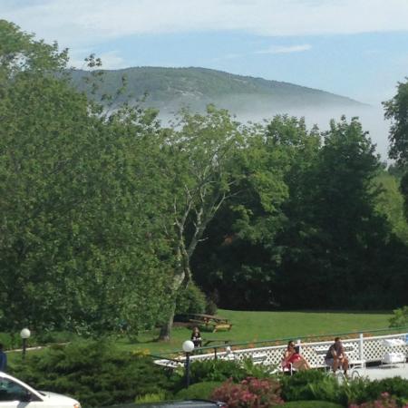 سيدار كرست إن: View of Mt. Battie from our room
