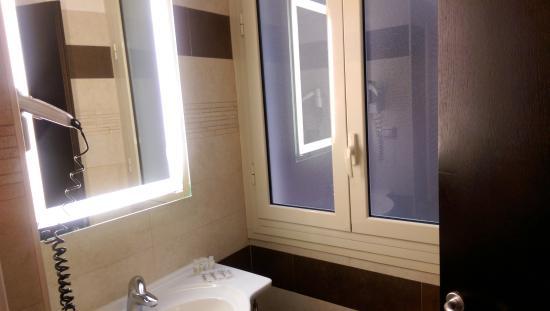 โรงแรมเยส: Clean bathroom