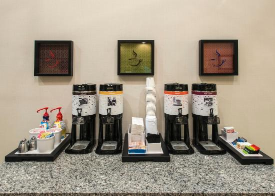 Hampton Inn & Suites Jackson: Enjoy a hot beverage in our lobby.