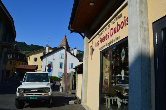 Les Freres Dubois: Wine store from the outside
