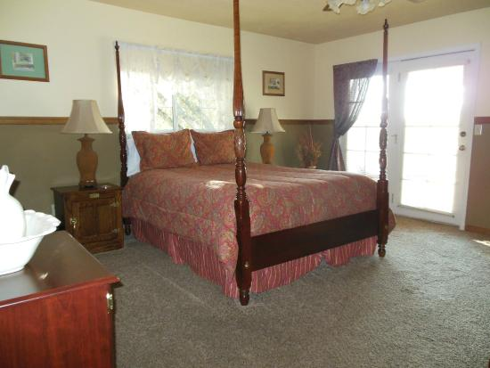 Berkshire Inn: Queen size bed and a private bath $150 plus tax