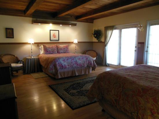 Berkshire Inn: Two queen size beds and a private bathroom $195 plus tax